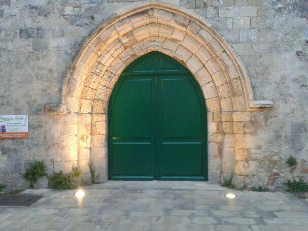 Un coup de jeune pour la porte de l'église de Nieul !